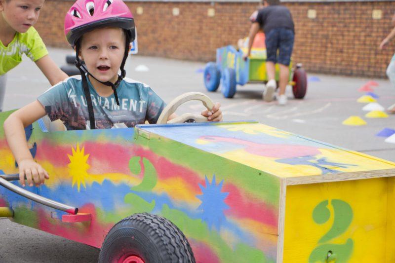 Kind racet in zelfgebouwde zeepkist bij bso 2Samen