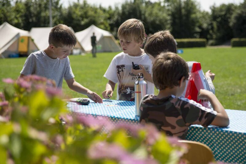 Puzzels oplossen bij Kinderopvang 2Samen KICKS Zomerkamp (web)