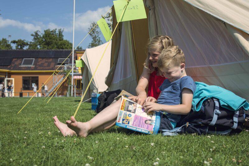 Voor de tent Kinderopvang 2Samen KICKS zomerkamp (web)