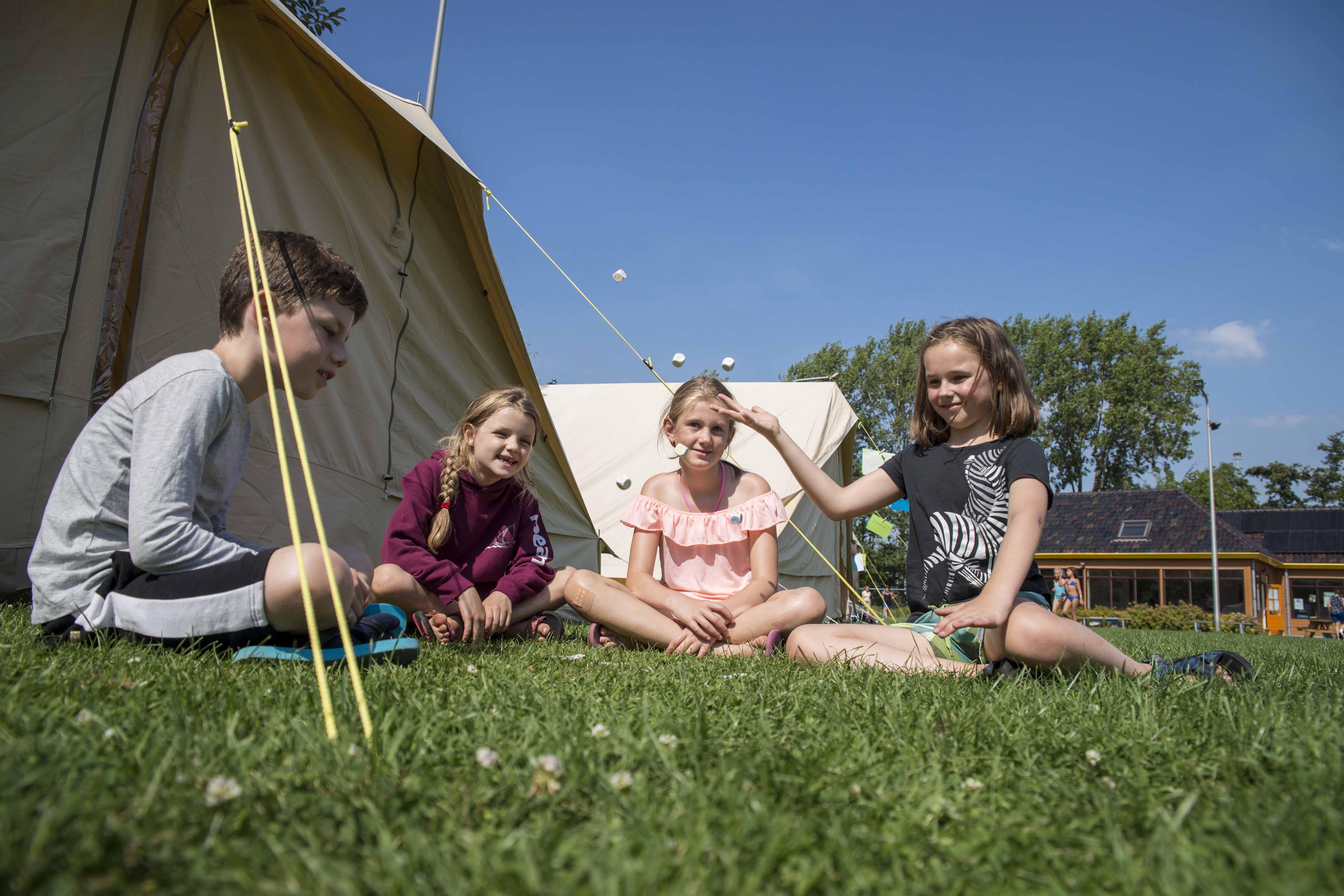 Vrienden bij de tent Kinderopvang 2Samen KICKS zomerkamp (web)